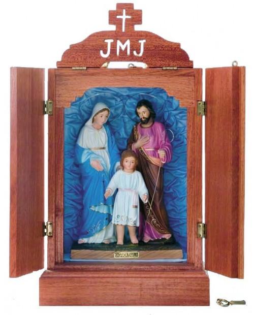 Oratoria de madera con la Sagrada Familia